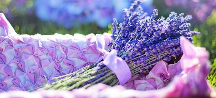 Wiosenna aromaterapia. Przepisy na aromatyczną kąpiel z olejkami eterycznymi